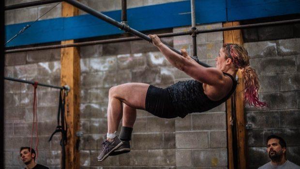 La faute que la plupart des athlètes font sur le bar muscle-up (et comment la corriger) !